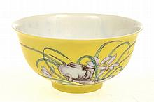 CHINESE YELLOW GROUND ENAMELLED PORCELAIN TEA BOWL, 5CM HIGH, TWO CHARACTER MARK TO BASE