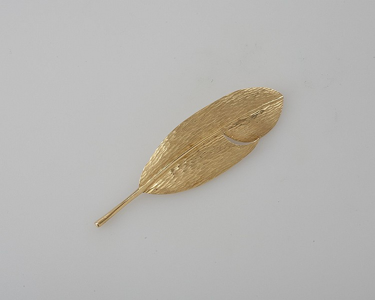 LADY'S 18K GOLD LEAF-SHAPED PIN.