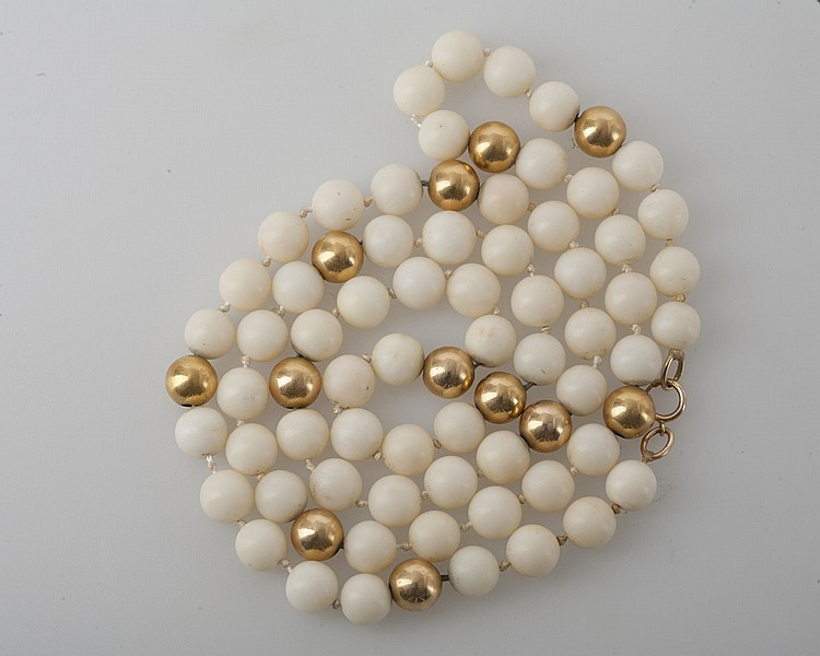 LADY'S GOLD AND IVORY BEADED NECKLACE.
