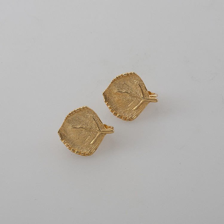 PAIR OF LEAF-SHAPED EARRINGS STAMPED