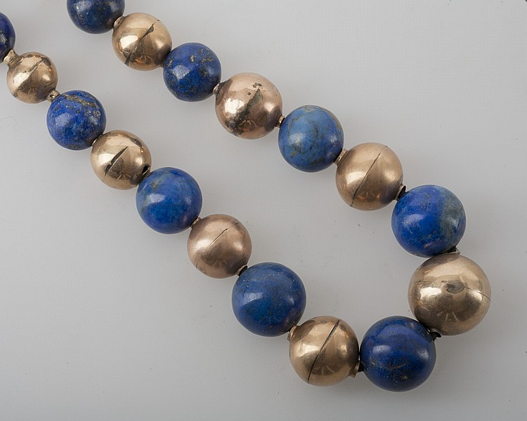 LAPIS AND GOLD NECKLACE WITH GRADUATED BEADS.