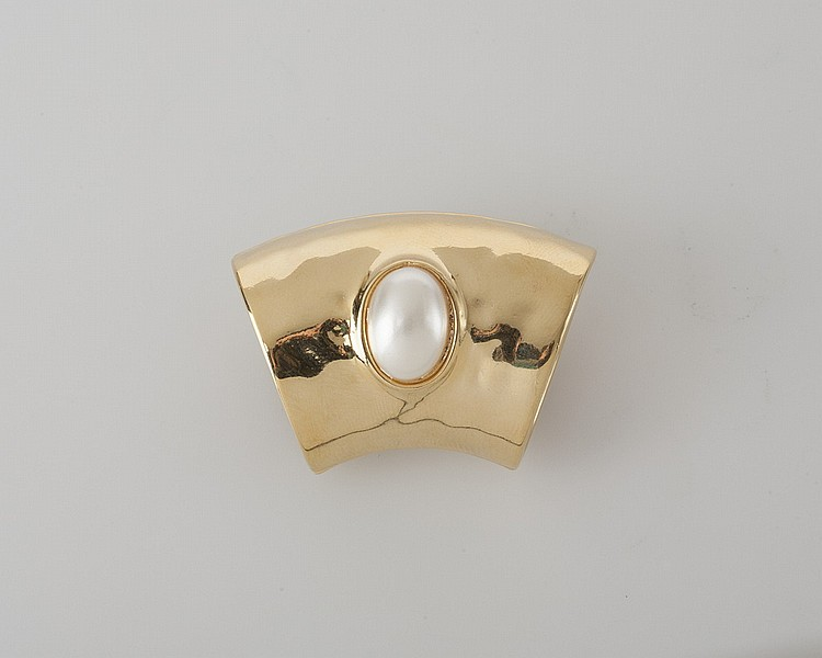 GOLD SCARF RING WITH CENTERED PEARL.