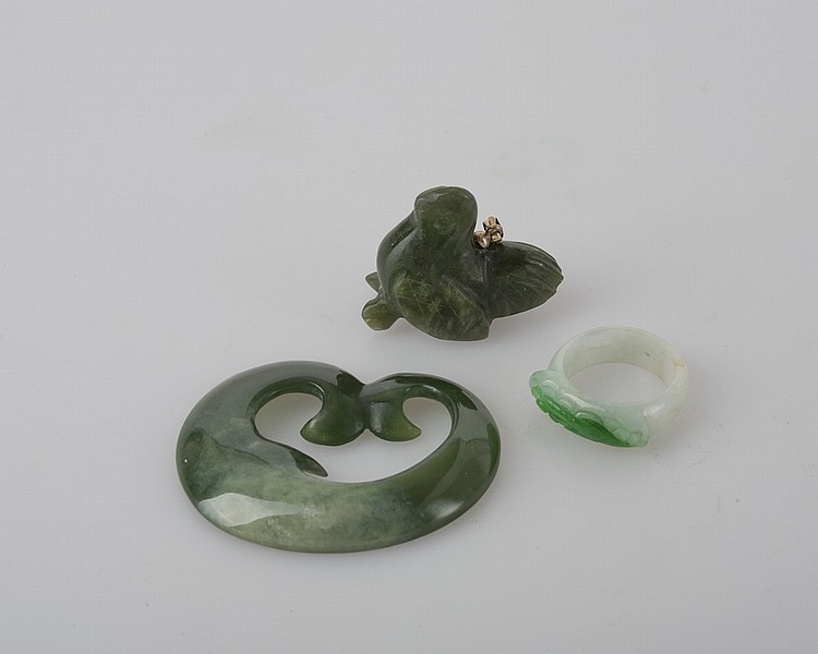 GROUP OF GREEN HARDSTONE CARVED JEWELRY.