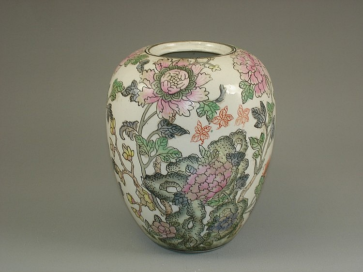 Chinese export famille rose porcelain pot