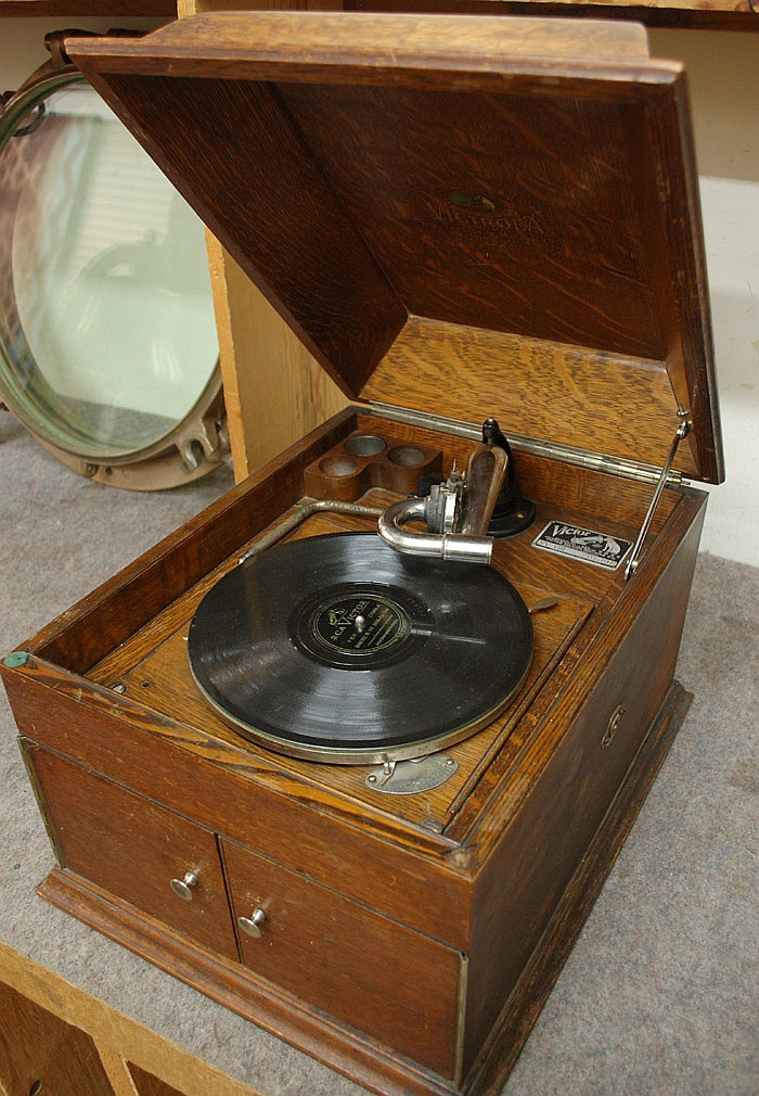 VICTROLA OAK-CASED PHONOGRAPH, Victor Talking