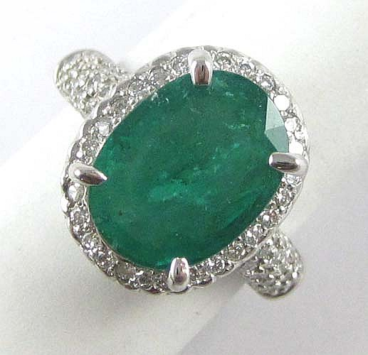 EMERALD, DIAMOND AND 14K WHITE GOLD RING