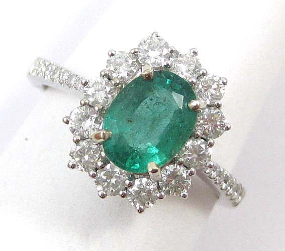EMERALD, DIAMOND AND 18K WHITE GOLD RING