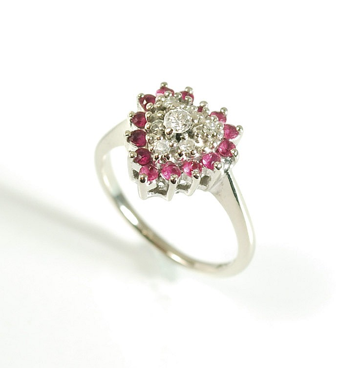DIAMOND, RUBY AND FOURTEEN KARAT GOLD RING. The