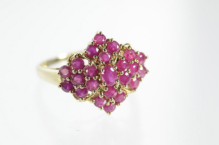 RUBY AND TEN KARAT YELLOW GOLD RING, set with 22
