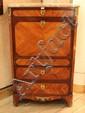 Secrétaire à abattant en bois de rose et amarante ouvrant à trois tiroirs et un abattant découvrant quatre petits tiroirs et un coffre fort