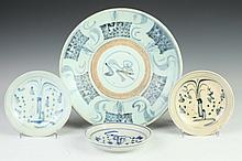 THIRTEEN CHINESE BLUE AND WHITE PORCELAIN SAUCERS AND A CHARGER. - Largest: 11 1/4 in. diam.