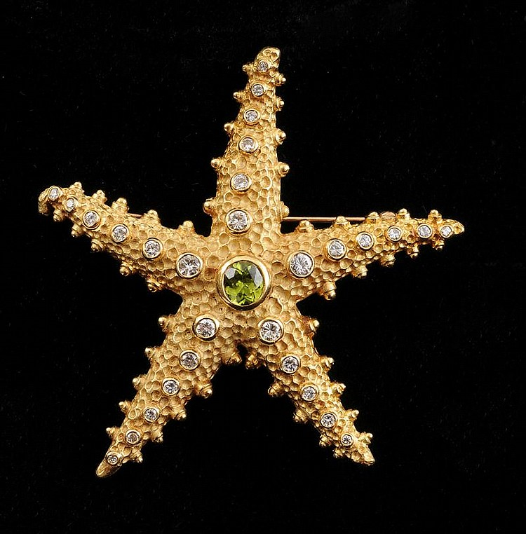 18K GOLD, PERIDOT AND DIAMOND STARFISH BROOCH AND PAIR OF GOLD STARFISH EARRINGS