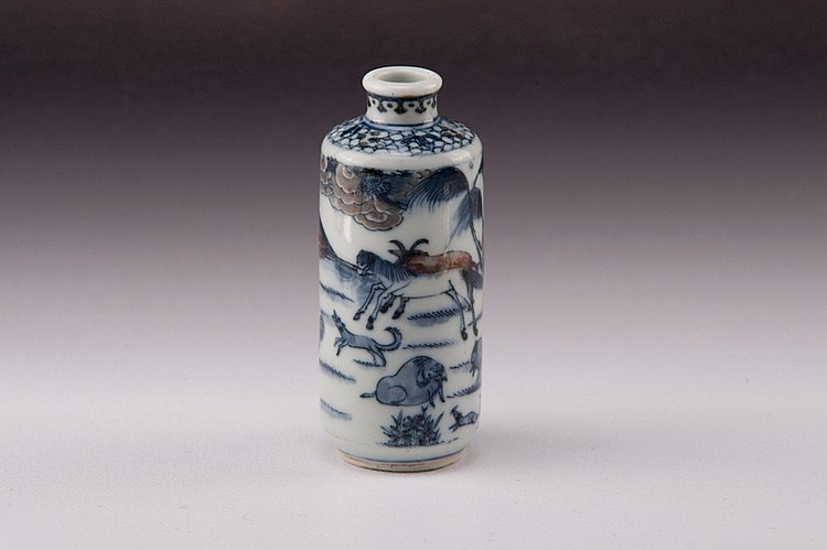 A blue-white -iron-red dragon snuff bottle - 19TH CENTURY