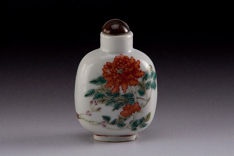 A famille -rose porcelain snuff bottle - 19TH CENTURY