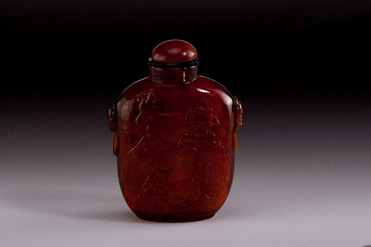 A carved amber snuff bottle - 19TH CENTURY