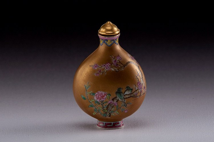 A enameled porcelain snuff bottle - EARLY 20TH CENTURY